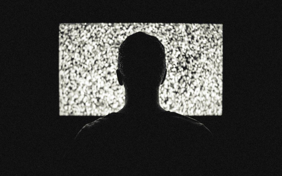Personne devant la télé qui désire arrêter d'écouter la télé pour reprendre le contrôle de sa vie et réaliser ses rêves